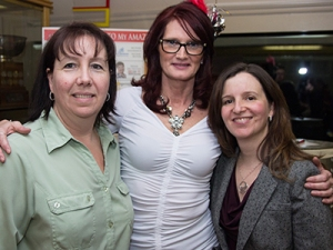 La courtière immobilière Dena Sicard (centre) de Royal LePage Frank Real Estate entourée de Leigh Winn-Kruck, directrice du centre The Denise House (gauche) et de Tracey Burke, directrice du YWCA Durham. Photo : avec l'aimable autorisation de Snapped (Whitby).