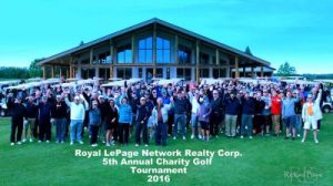 Des participants du 5e tournoi de golf du Royal LePage Network Realty Corp. posent pour une photo de groupe.