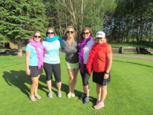 Participants au tournoi de gold de Royal LePage Premier Real Estate. De gauche à droite : Kym Barrett, Brittney Pylypiuk, courtier/propriétaire Shirley Williams, Alayna Burnstad et Lisa Lupino.